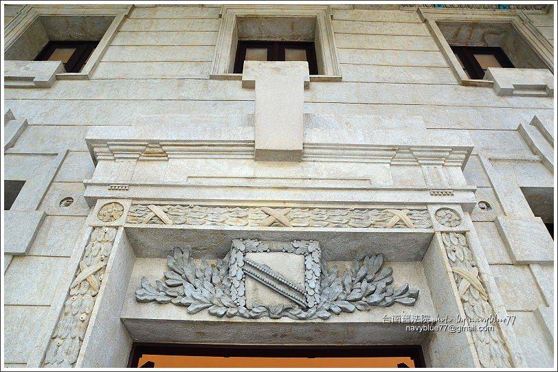 ↑東入口上方的拱心石,門罩是十分典雅的花飾,門眉還有一個勳章飾。