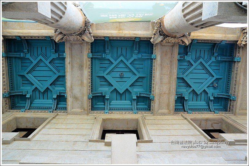 ↑東入口的門廊上方有十分精緻的拱飾。