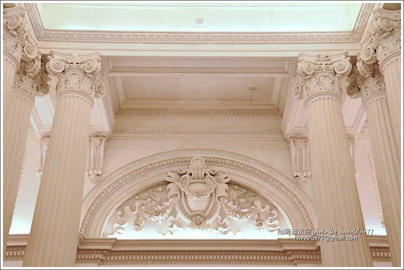 ↑門廳上方有兩面半圓拱圈,浮出代表日本家皇家的精美勳章飾。