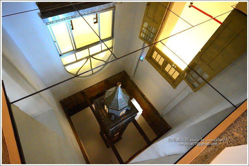 ↑天塔倒吊在上方,但由地面上的大玻璃投映,則像由地面冒出。