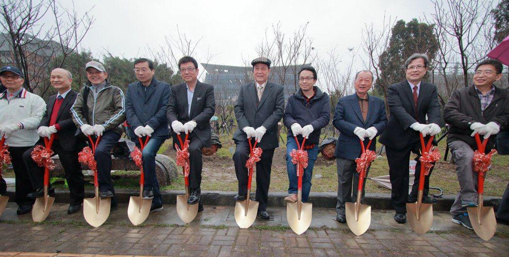 臺北大學師長與校友們種植櫻花前合影。 臺北大學/提供。