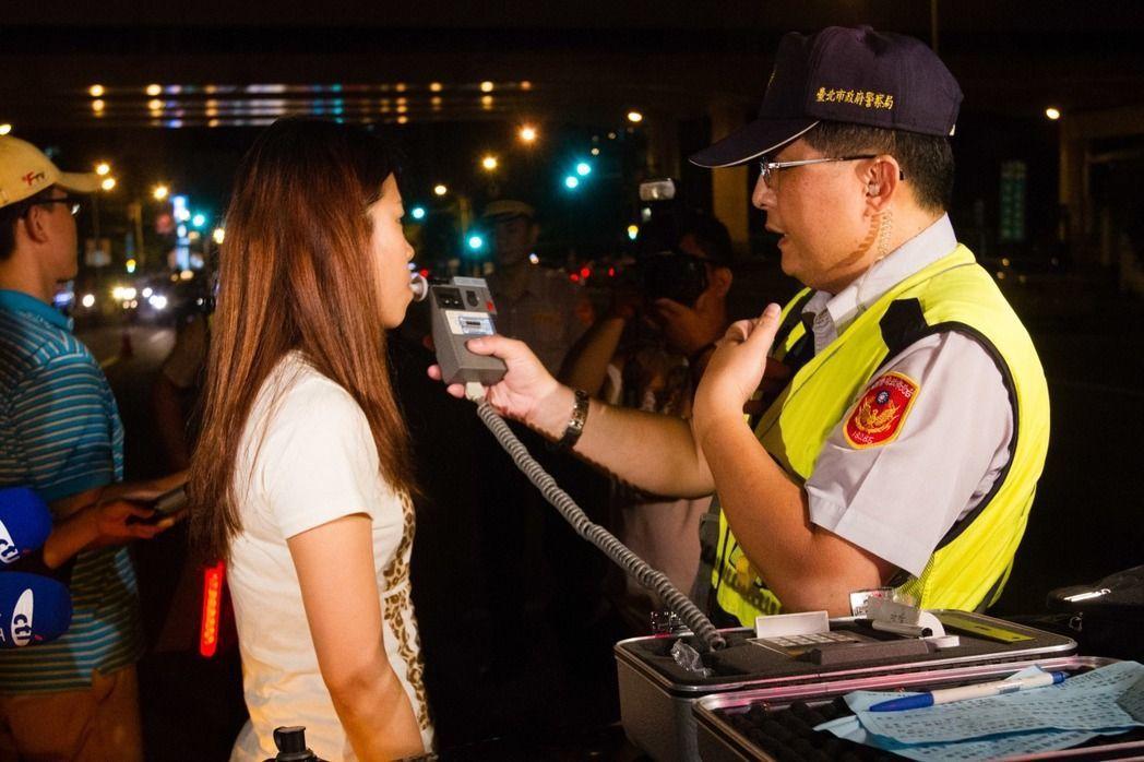 警政署已統一律定酒測時由警方提供飲水供民眾漱口,不讓民眾自行買水。 圖/聯合報系...