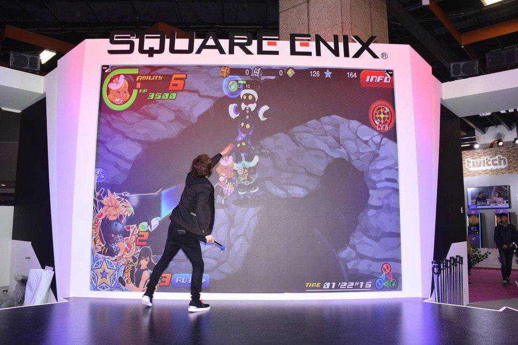 200吋高畫質LED螢幕做為玩家體驗區,讓玩家在大螢幕前暢玩手遊。