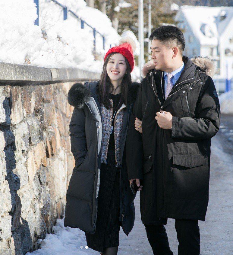 奶茶妹(左)挽著老公劉強東。圖/摘自IG