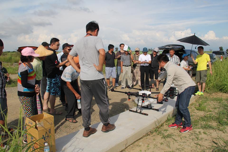 利用無人機噴藥的農業植保機,在國內才剛起步。圖為國內的無人機噴藥示範。國內無人機...