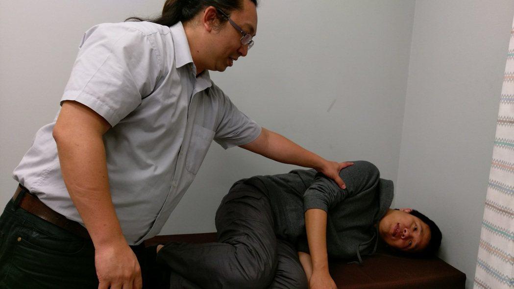 台中市長安醫院醫師孔勝琳指出,耳石症經常會復發,必須衛教患者學會簡單的耳石復位術...