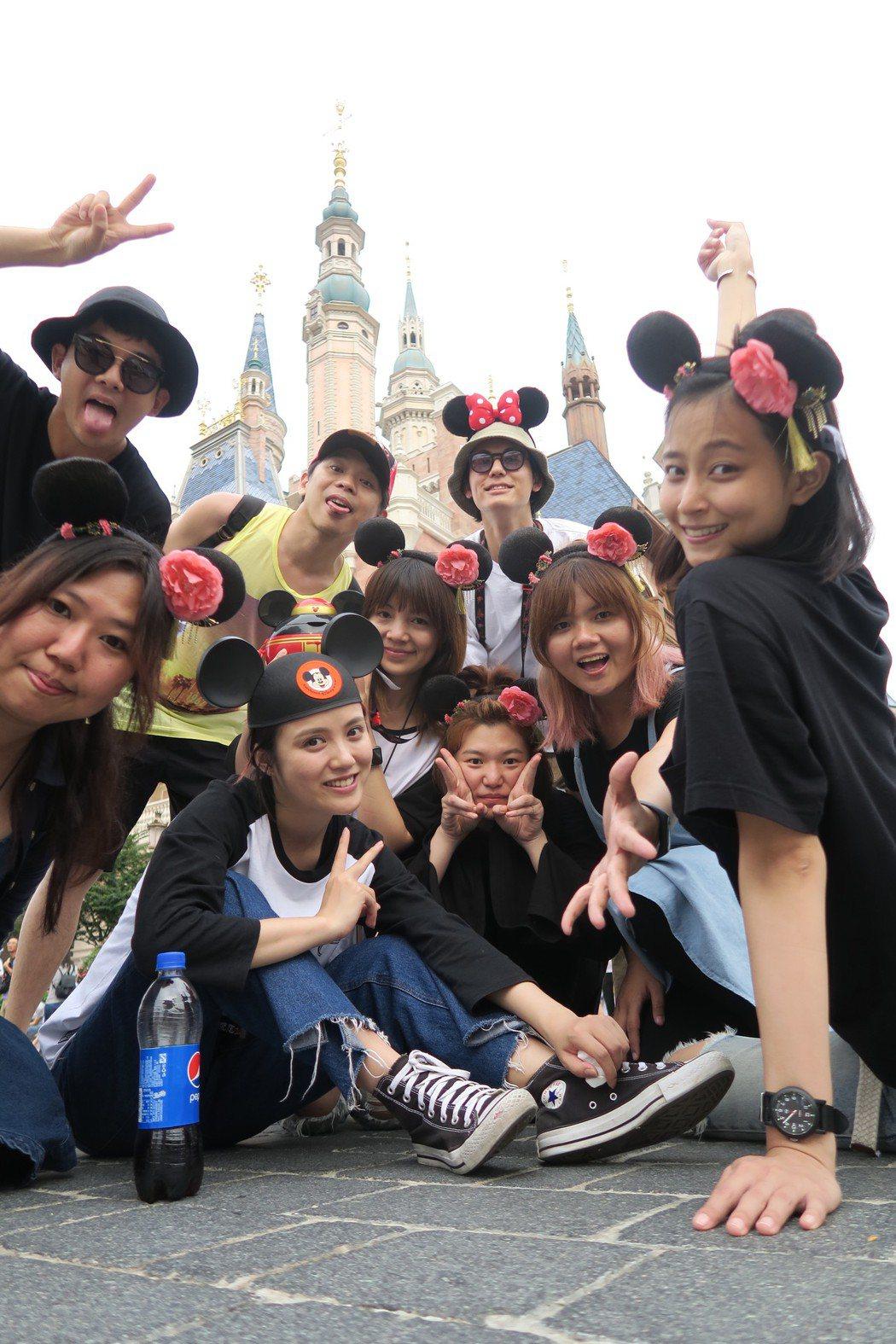 文雨非揪團遊迪士尼樂園,逼大家都要戴上格格髮箍,風田(後排右)則一枝獨秀戴米妮髮...