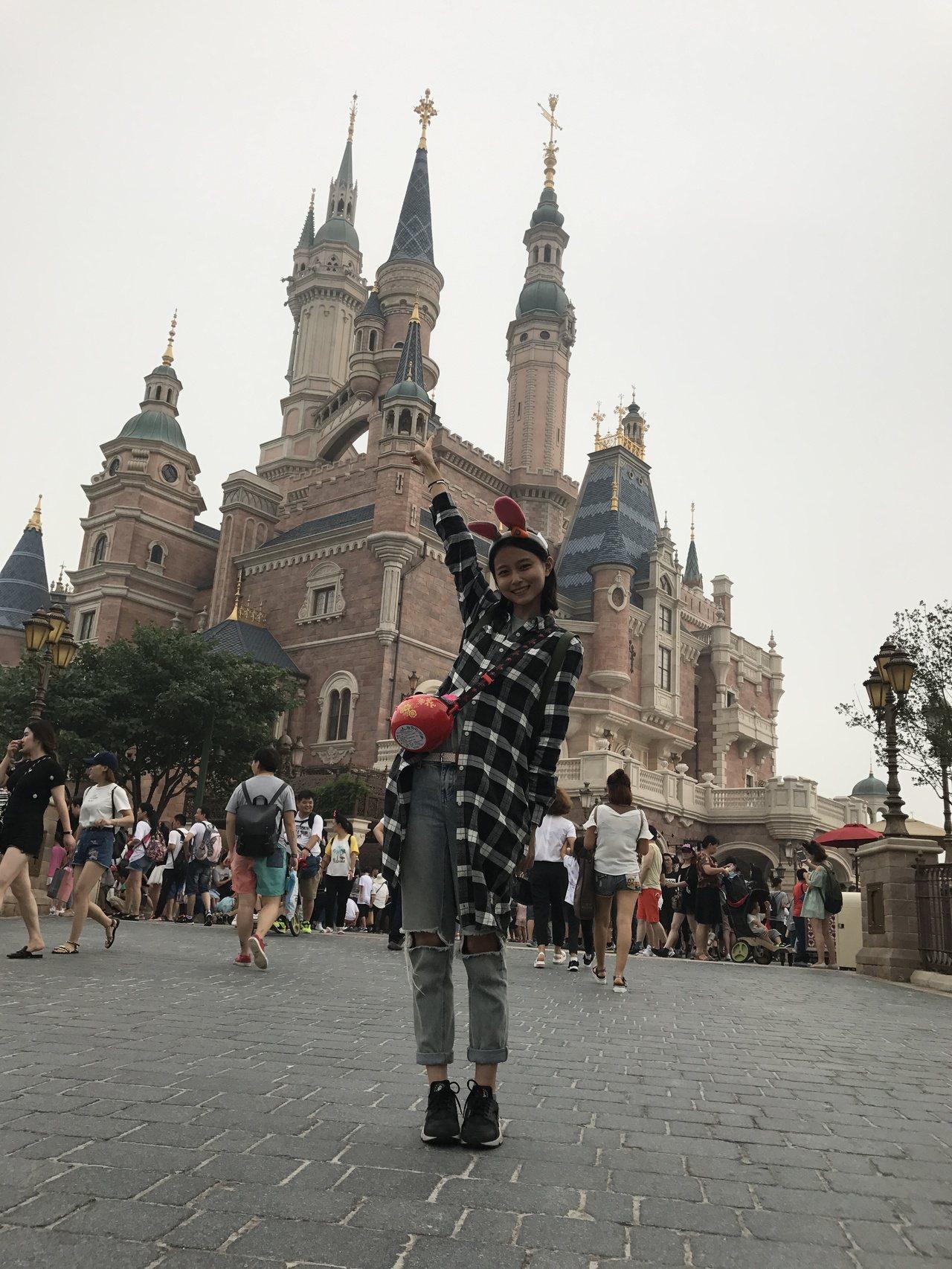 文雨非趁在上海拍戲3個月,藉機暢遊迪士尼樂園,平均1個月玩兩趟。圖/可米傳媒提供