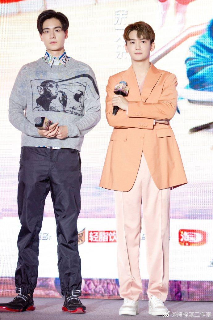 胡一天(左)與熊梓淇(右)兩位男神,讓許多粉絲瘋狂。圖/摘自微博