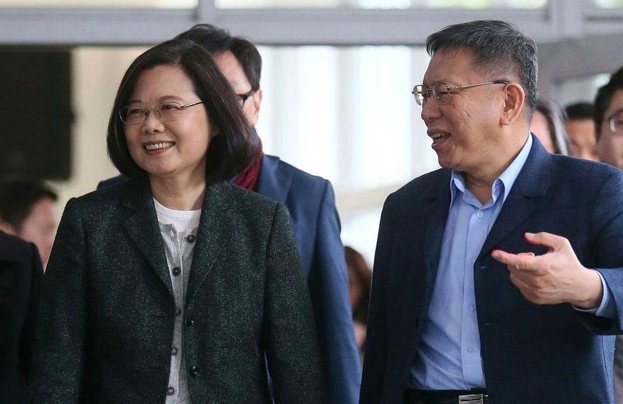 台北市長柯文哲(右)帶著蔡英文總統(左)前往健康公宅參訪。 圖/聯合報系資料照...