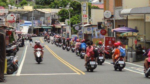 外地遊客前往屏東離島小琉球旅遊時,燃油機車仍為主要通勤方式,每到假日就會出現一大...
