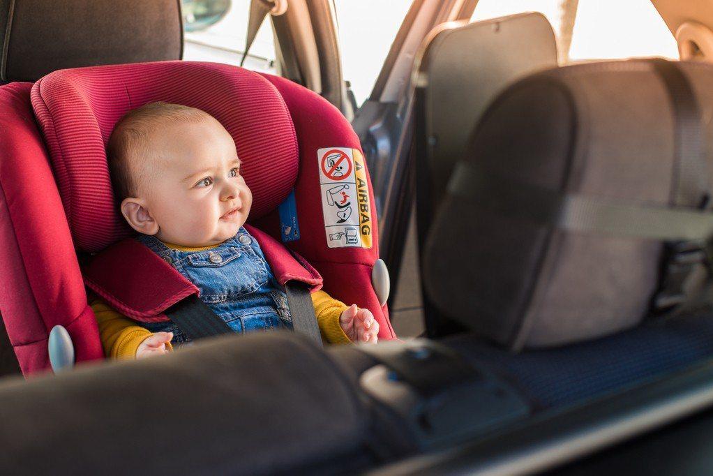 開車時將嬰兒置於安全座椅才是正確做法。 示意圖/ingimage