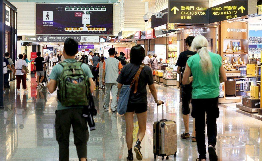 想刷機票、團費獲得免費機場接送,今年門檻更高了。 圖/聯合報系資料照片