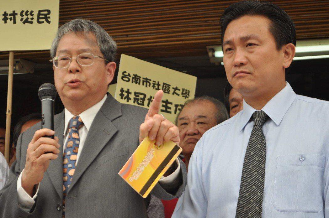 2011年,總統府前秘書長陳師孟(左)力挺台南市議員王定宇(右)選立委。 圖/聯...