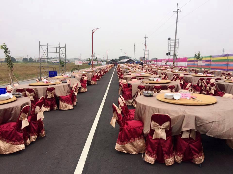 嘉義縣議員葉孟龍去年12月在新港鄉舉辦婚宴,席開568桌,現場不收禮金,被形容為...