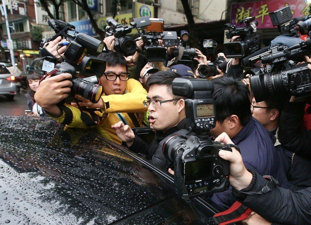 去年12月,新黨發言人王炳忠住處遭搜索,他被調查官以違反國安法證人身分帶走。 ...