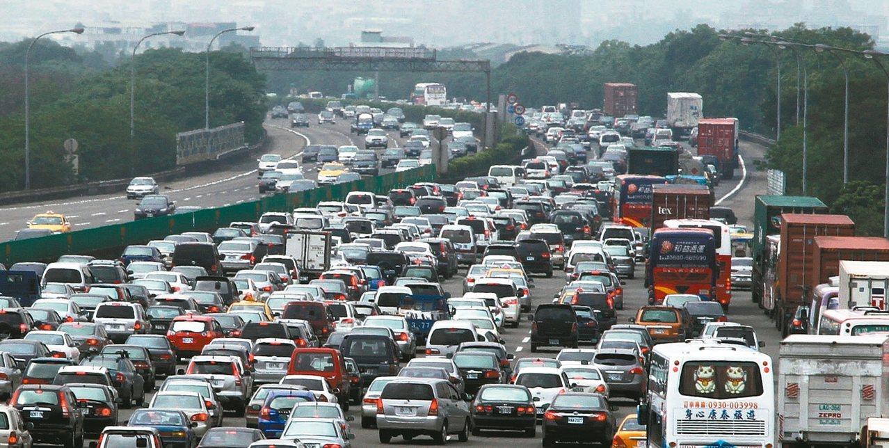 交通部今天公布春節疏運計畫,國道從除夕到初五每天0時-5時全線雙向暫停收費,前、...