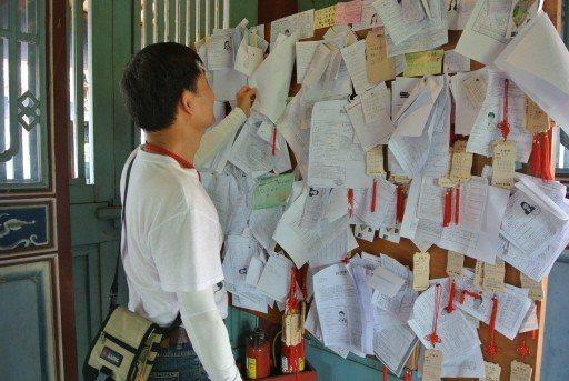 以往考季一到,各地文昌宮殿內總貼滿考生的准考證;現在大考取消往年准考證,要改貼什...