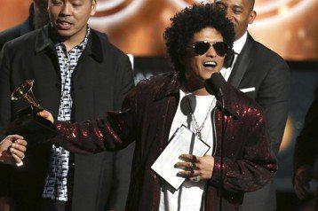 美國R&B歌手「火星人」布魯諾(Bruno Mars)今天在葛萊美音樂獎頒獎典禮上殺出重圍,意外橫掃大獎。入圍8項最多的饒舌天王傑斯(Jay-Z)則空手而歸,成為最大輸家。「火星人」布魯諾抱...