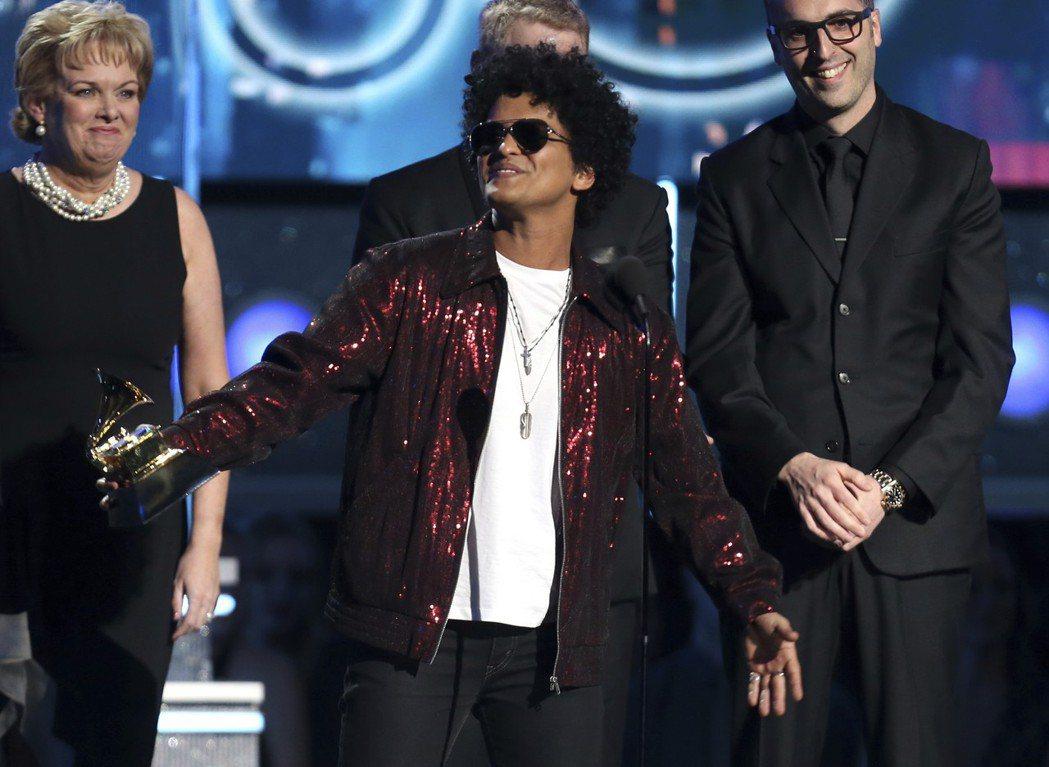 「火星人」布魯諾抱回葛萊美最佳年度唱片獎。 圖/美聯社