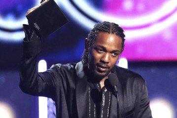 美國歌手肯卓克拉瑪(Kendrick Lamar)今天在葛萊美獎頒獎典禮上早早橫掃5獎,還在致詞中拱饒舌天王傑斯(Jay-Z)選總統。路透社報導,30歲的肯卓克拉瑪被視為同輩中最令人耳目一新的饒舌歌...