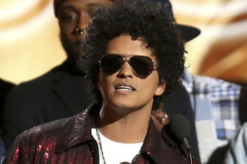 第60屆葛萊美音樂獎頒獎典禮今天在紐約舉行,美國歌手「火星人」布魯諾(Bruno Mars)以「24K魔幻」(24K Magic)榮獲最佳年度專輯獎。其他入圍專輯包括美國饒舌歌手淘氣阿甘(Child...