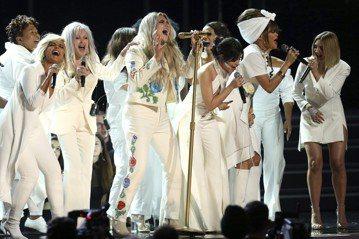 美國歌手惡女凱莎(Kesha)今天在葛萊美獎頒獎典禮上獻唱「祈禱」(Praying)一曲,並請來眾多大咖歌后與她同台為女權發聲。「祈禱」內容與凱莎自己遭性侵的往事有關。路透社報導,30歲的凱莎過去指...