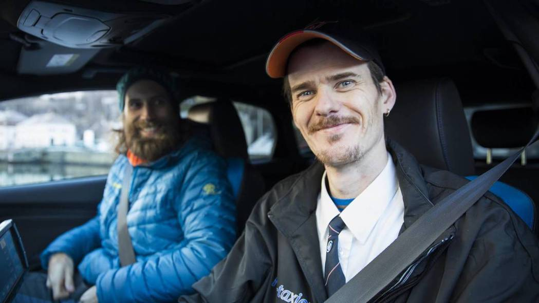 Evald Jåstad與乘客。 摘自carscoops