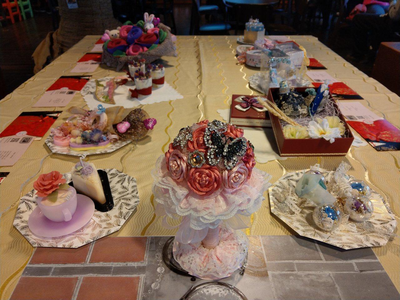 蘭陽技術學院的婚禮小物作品展在百果樹紅磚屋登場,學生們的創作浪漫精巧。 記者戴永...