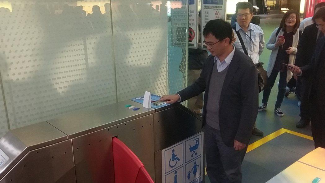 高捷一日券、二日券,從塑膠票卡變成手機QRcode,可直接線上購買後,到高捷閘門...