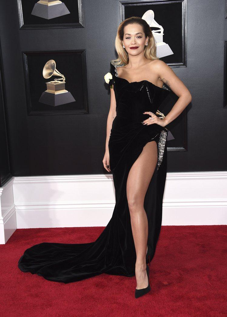 瑞塔歐拉身穿Ralph & Russo的黑色不對稱高衩禮服,左腿幾乎露出一大半,...