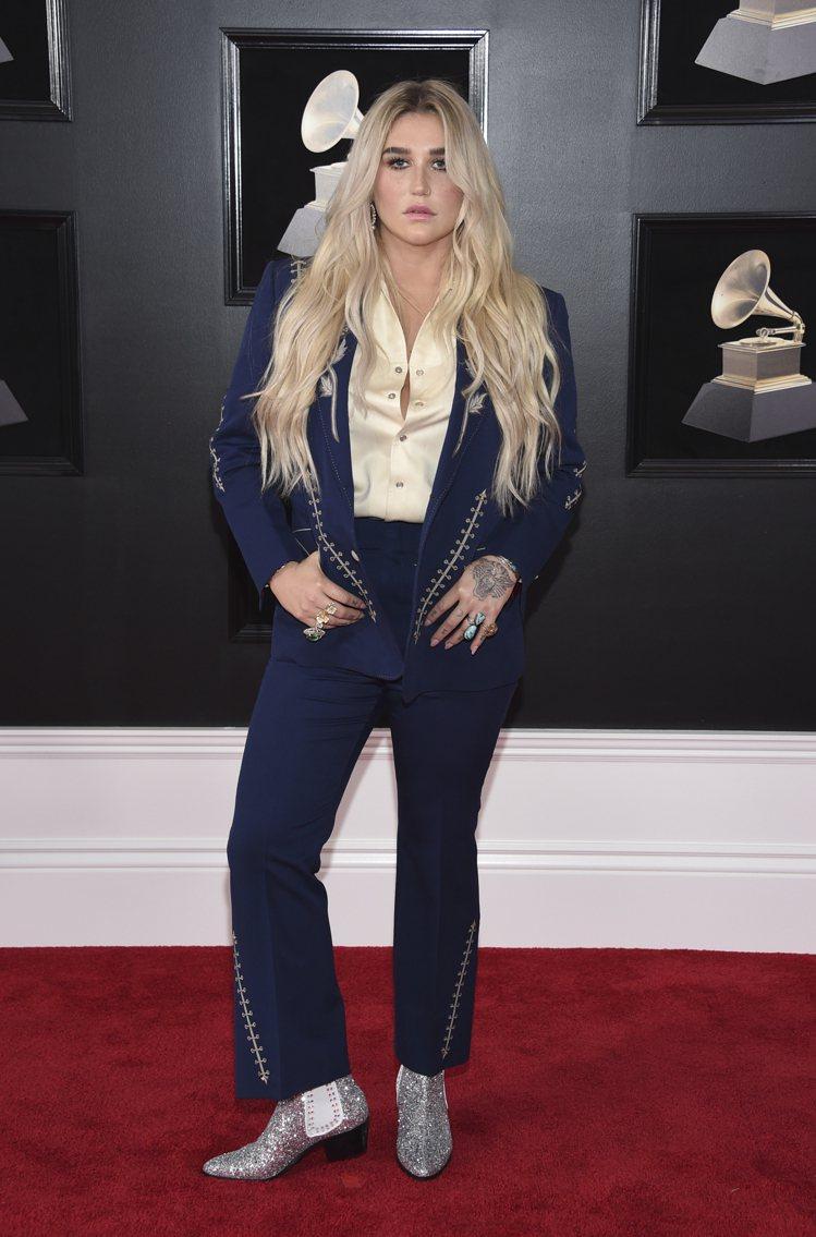 惡女凱莎以Nudie's Rodeo Tailors的深藍色刺繡套裝搭亮片牛仔靴...