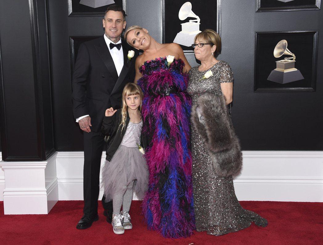 牽著女兒一起走紅毯的P!nk,也選擇Armani紫紅色羽毛禮服霸氣現身。圖/美聯...