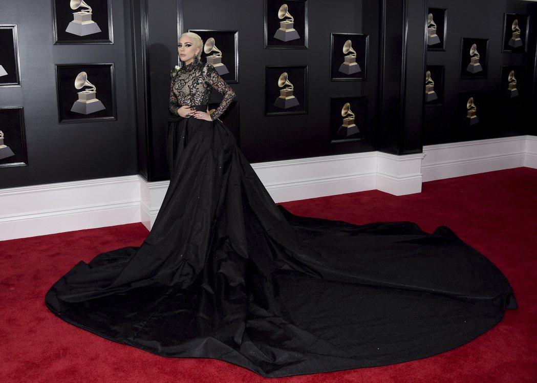 女神卡卡以一身Armani黑色訂製服現身,超長的蓬裙搭配上身長秀蕾絲高領設計頗有...