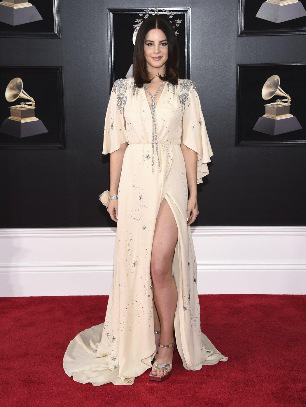 拉娜德芮同樣大秀美腿,以Gucci七○年代復古風的寶石裝飾禮服登場。圖/美聯社