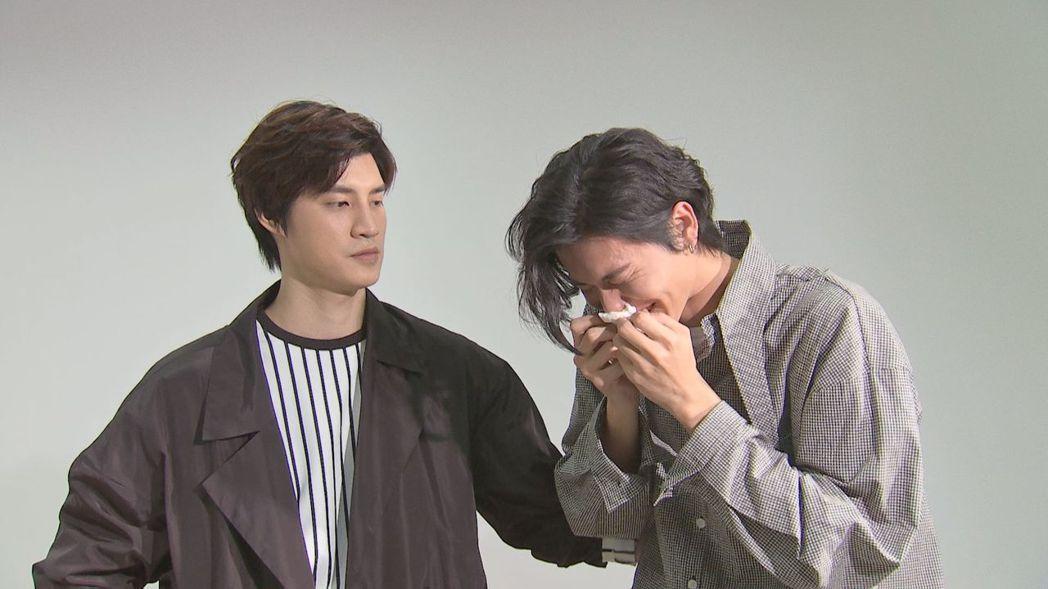 風田(右)講到宏正受傷心疼落淚。圖/八大提供