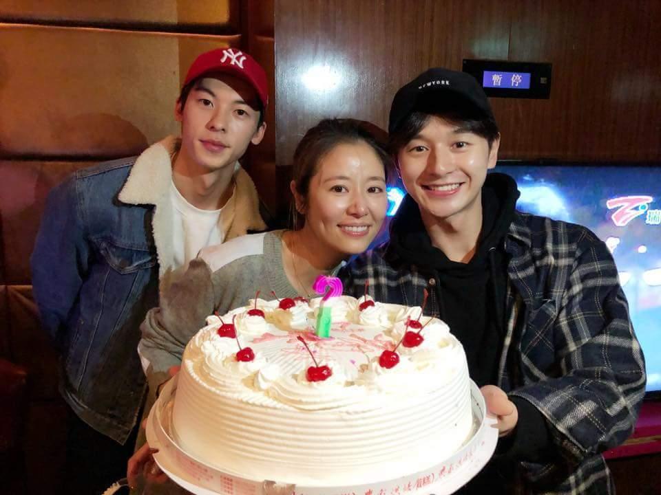 張軒睿(右)、許光漢(左)端出蛋糕為林心如(中)慶生。圖/摘自臉書