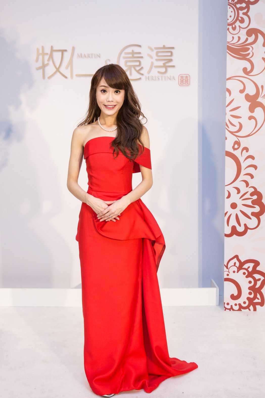 年代主播陳園淳穿上正紅色立體抓皺禮服落落大方。圖/LinLi提供