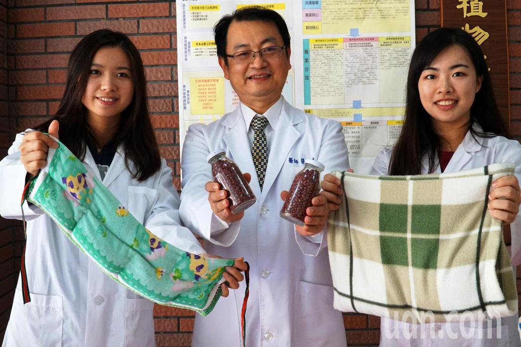 大葉大學生科院院長張世良(中)教大家利用紅豆和棉質毛巾,自製可重複使用又安全的暖...