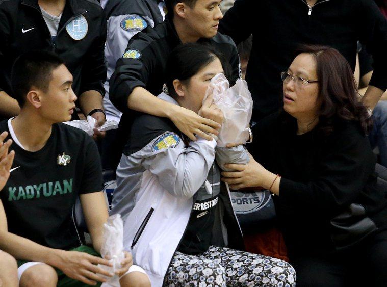高苑工商HBL教頭田本玉(右二)曾在比賽現場過度換氣症狀發作。記者余承翰/攝影