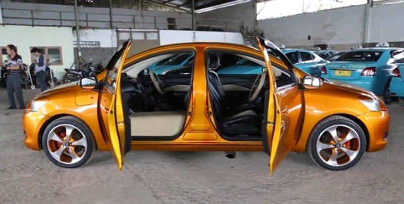 印尼老技師,結合兩台車頭,打造獨一無二雙頭車。美聯