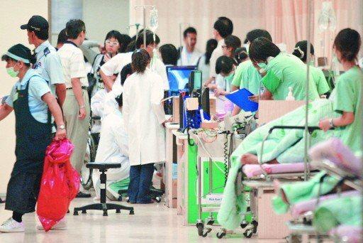 近年醫院有血汗白色巨塔之稱,為了留住醫護人員,不少醫院加碼年終獎金。  圖...