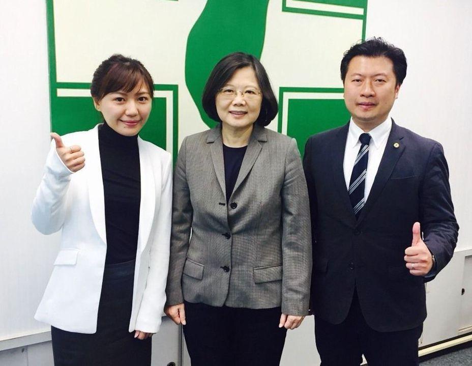 民進黨發言人張志豪(右)、吳沛憶(左)日前辭去黨發言人,也在民進黨中常會上向主席...
