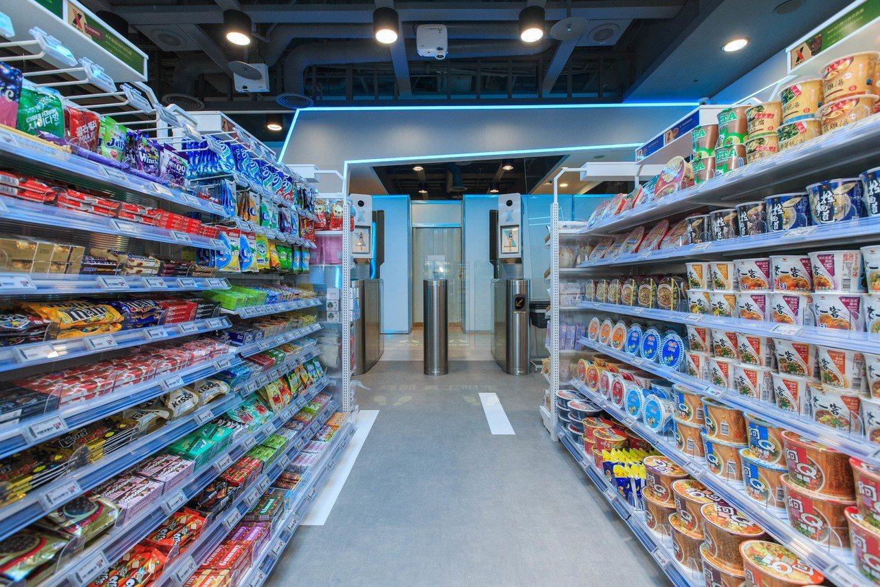 「X-Store」店內共有800-900項商品,包含鮮食、飲料、餅乾飲料、冷凍食...