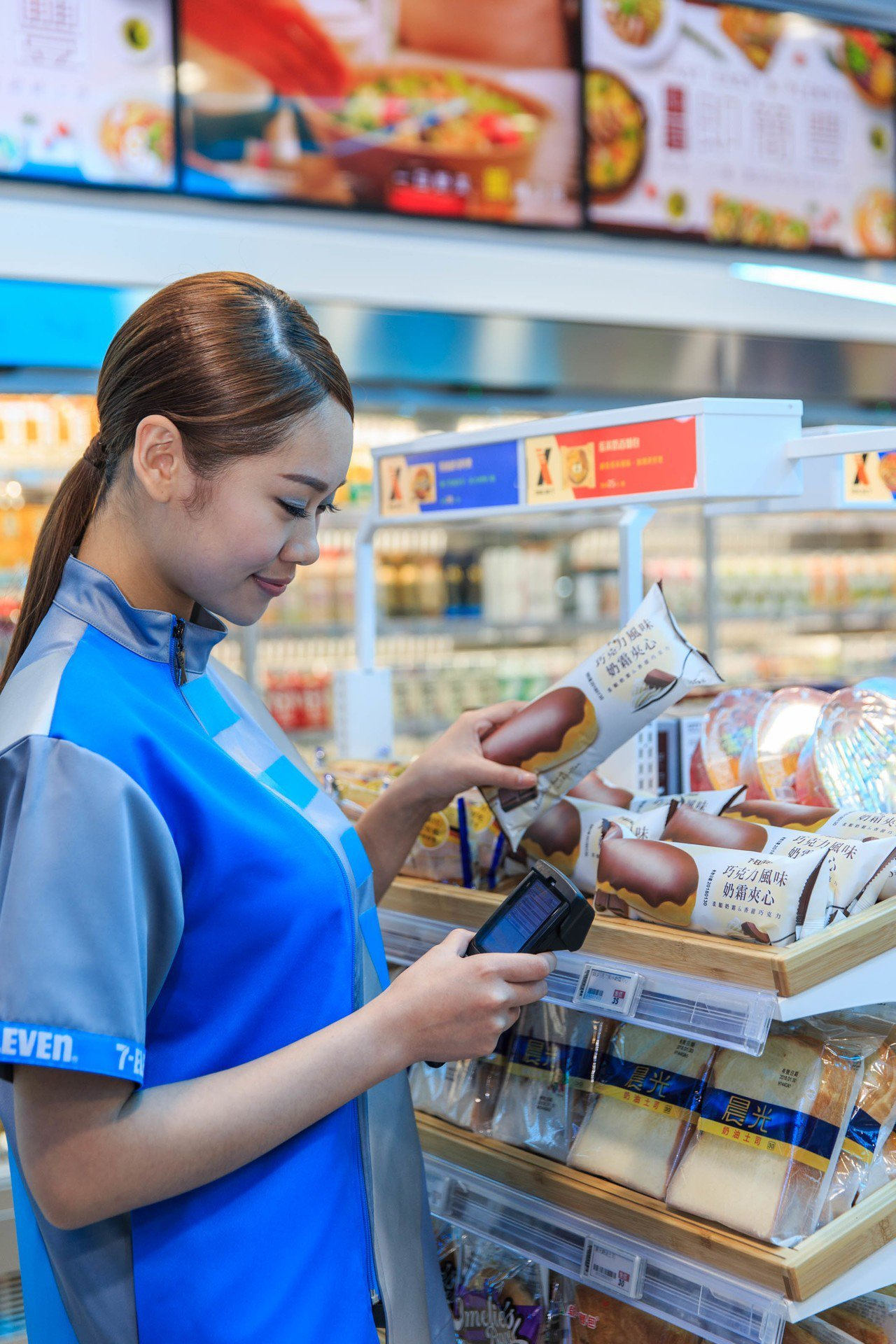 門市人員進行商品的電子標籤的建檔。 圖/統一超商提供