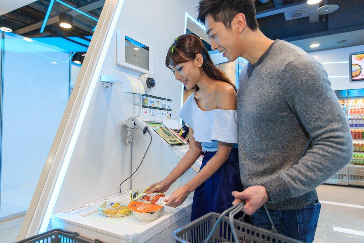 將商品依序放上櫃台的商品辨識區,POS螢幕即會顯示出購買商品清單。 圖/統一超商...