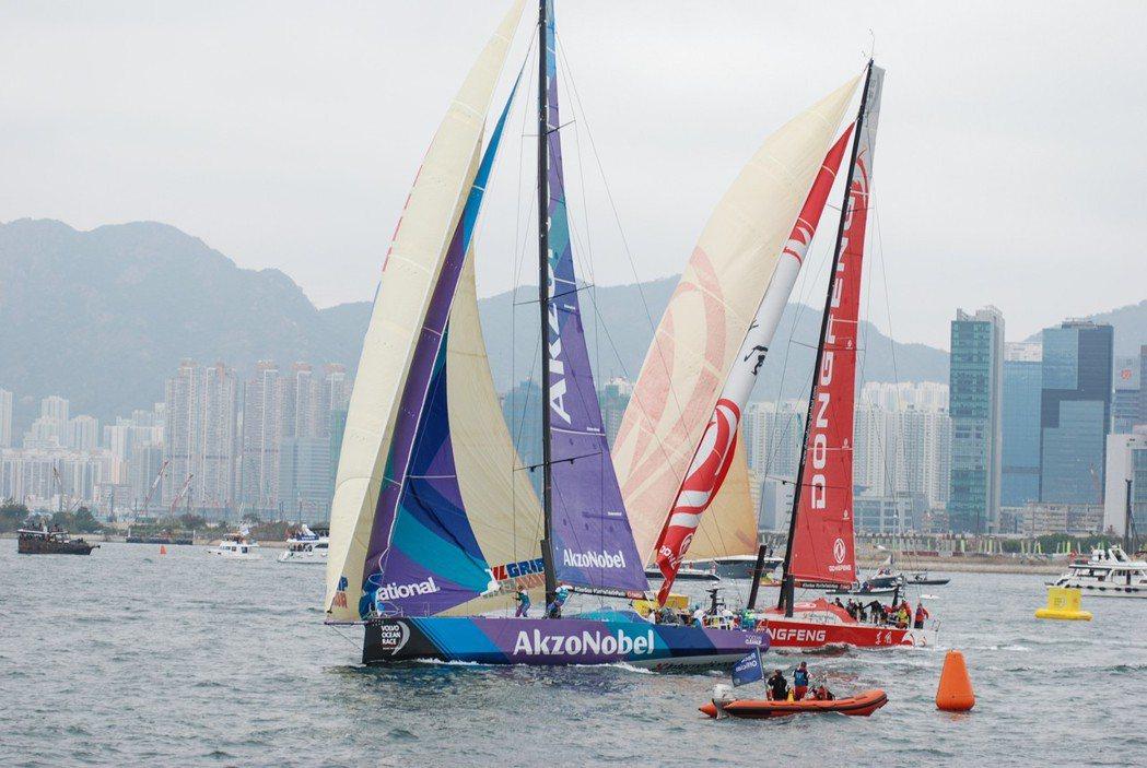 港內賽有許多近身肉搏的畫面,但依照賽事規則,處於上風處的船隊需優先禮讓下風船。 ...