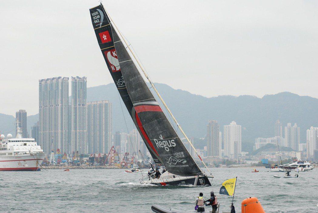 在繞行標點時,常常可以看到船隊以誇張的傾斜角度變換方向。圖為香港在地船隊新鴻基 ...