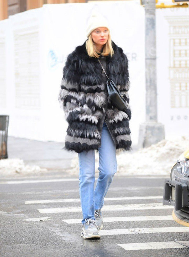 Elsa Hosk以皮草大衣、香奈兒包搭配老爸風球鞋。圖/擷自.glam.com