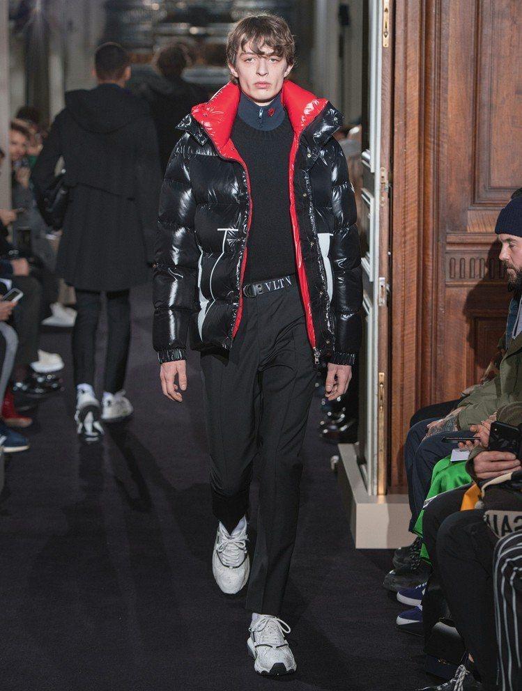 Valentino與Moncler合作打造的羽絨夾克、尼龍斜背郵差袋和白球鞋,代...